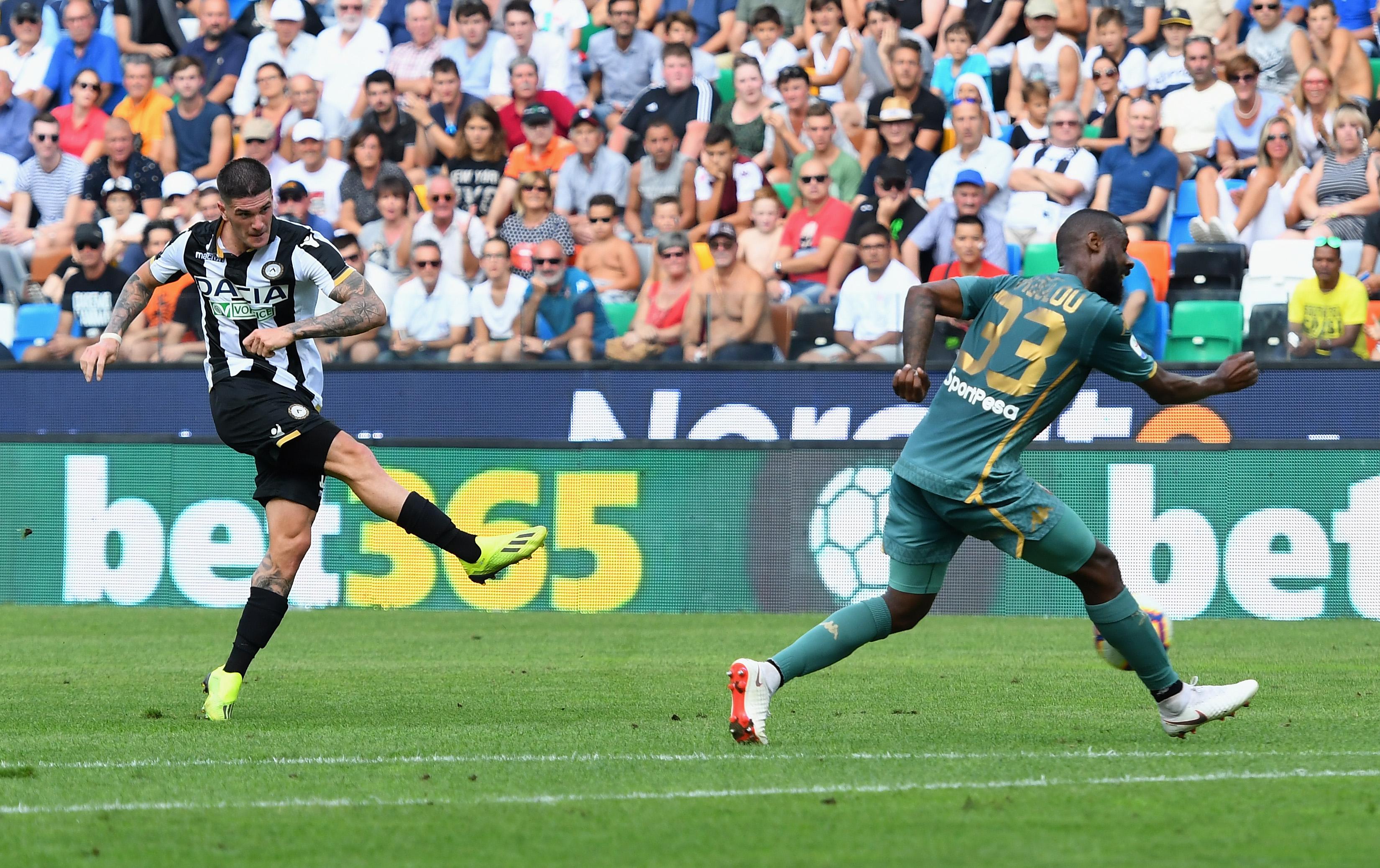 De Paul (Udinese) calcia verso la porta il tiro del momentaneo 1-0