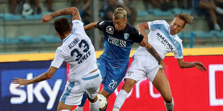 Lucas Leiva e Acerbi (Lazio) tentano di ostacolare un giocatore dell'Empoli