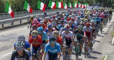 Gruppo compatto impegnato in una tappa del Giro