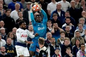 Un attento Onana sventa ogni palla alta. Ajax la favola continua, a 90' dalla finale.