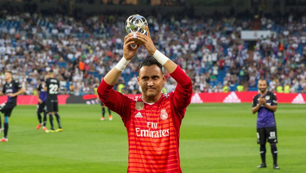 Navas festeggia il titolo di miglior portiere della Champions League