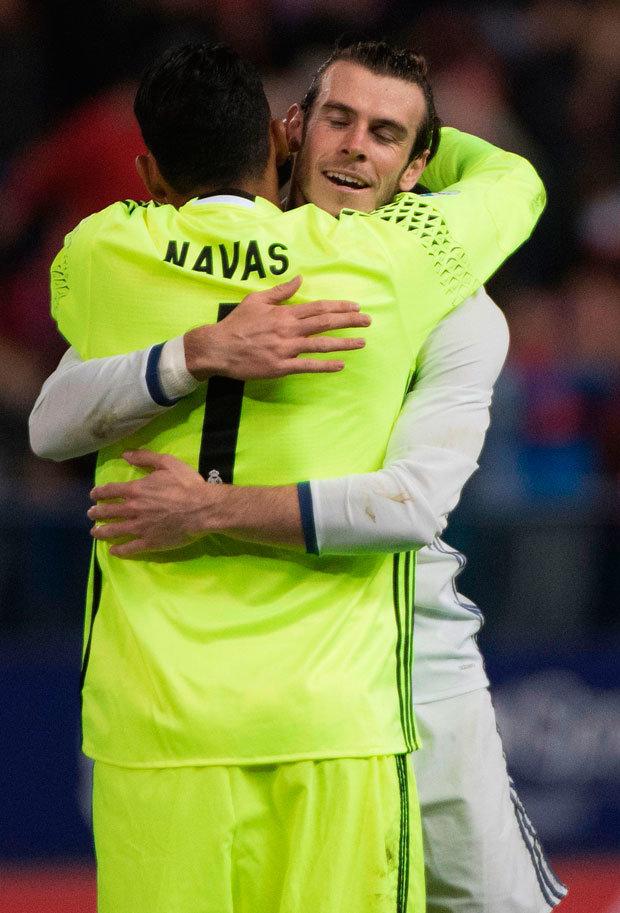 Un abbraccio tra i due compagni di squadra. Bale e Navas addio al Real
