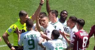 Bourabia viene espulso appena dopo aver esultato per il suo goal e lascia il Sassuolo ingenuamente in 10 per il resto della partita.