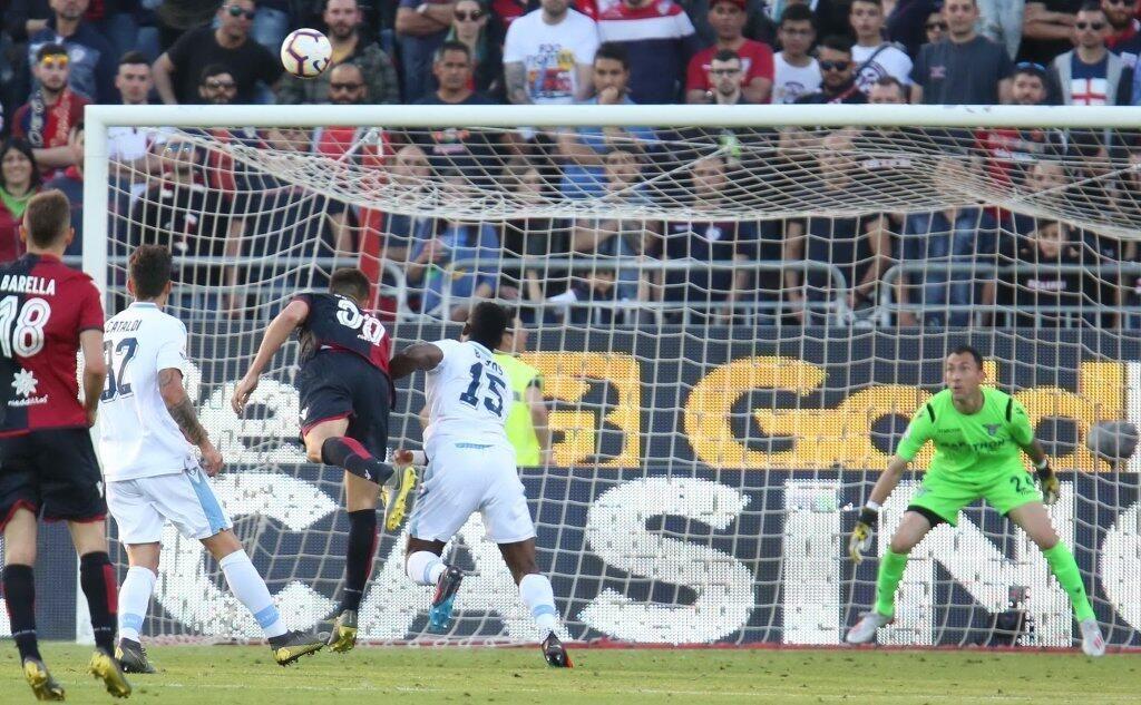Il Cagliari accorcia le distanze con un gol di testa di Pavoletti. Lazio: per l'Europa non è detta l'ultima