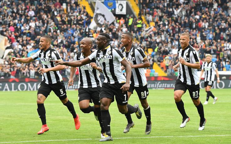 Giocatori dell'Udinese festeggiano per il gol segnato