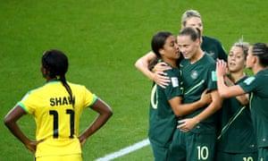L'esultanza delle Australiane per il vantaggio che mette subito la partita in discesa; Giamaica-Australia 0-1.
