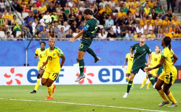 Samantha Kerr stacca indisturbata di testa e firma la sua personale doppietta; Giamaica-Australia 0-2.