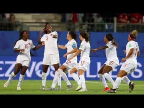Esultano le ragazze Canadesi per il meritato vantaggio. Canada-Camerun 1-0.