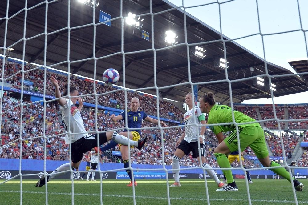Blackstenius spinge in rete la palla del vantaggio svedese. Germania-Svezia 1-2.