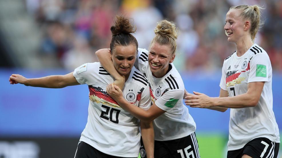 L'esultanza delle tedesche dopo la rete la Dabritz. Germania-Svezia 1-0.
