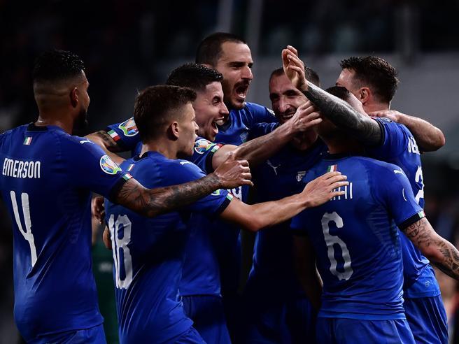 La festa degli azzurri dopo il goal partita di Verratti.