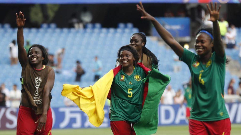 La gioia delle calciatrici del Camerun per questa vittoria fondamentale che le issa al terzo posto nel gruppo E e permette loro di essere tra le migliori 4 terze di vari gironi e proseguire il loro cammino nella FWWC.