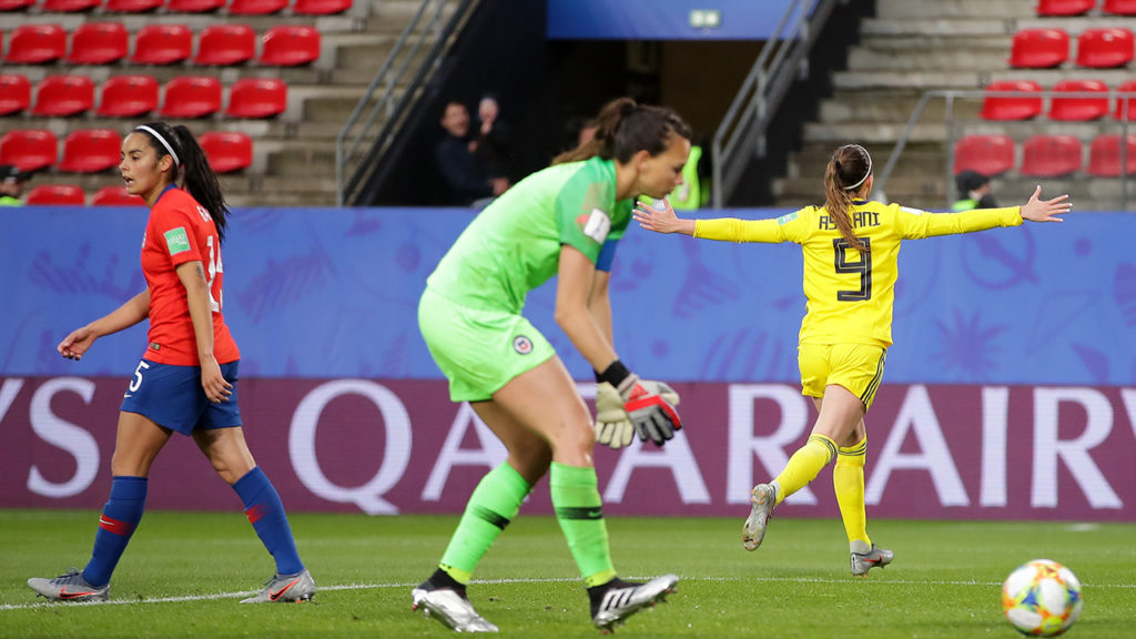 Asslani corre a braccia aperte ad esultare dai propri tifosi dopo l'importantissima rete che ha portato in vantaggio le sue compagne di squadra.