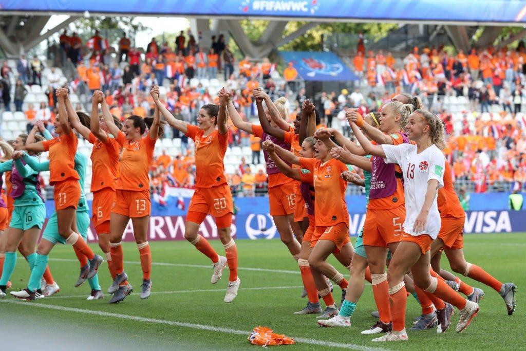 La festa a fine gara delle giocatrici Olandesi, dominatrici del guppo E, del Mondiale femminile di Francia 2019, con 3 vittorie in 3 gare.