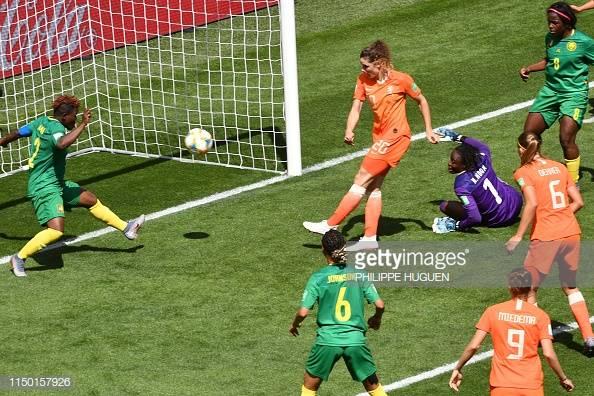 Bloodworth, difensore della Nazionale Olandese femminile, sigla da due passi la rete del 2-1 Olandese a inizio secondo tempo.