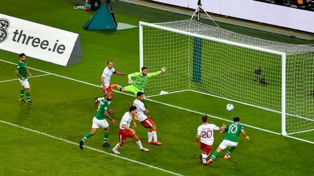 Il colpo di testa di Brady che vale il definitivo 2-0 per l'Irlanda contro Gibilterra.