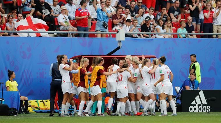 L'esultanza delle ragazze inglesi per il passaggio del turno; ottavi di finale: Inghilterra-Camerun.