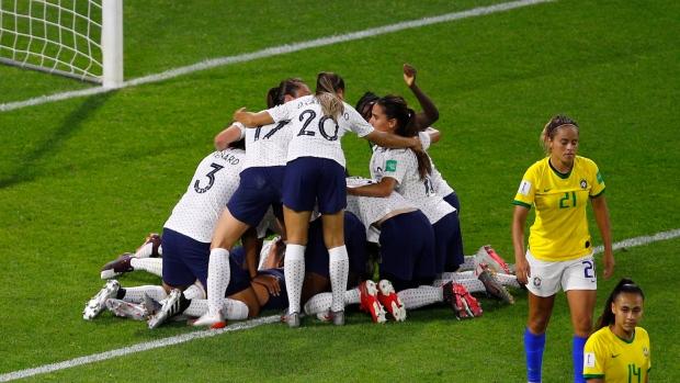 L'esultanza delle calciatrici francesi dopo la rete decisiva di Henry; ottavo di finale: Francia-Brasile.