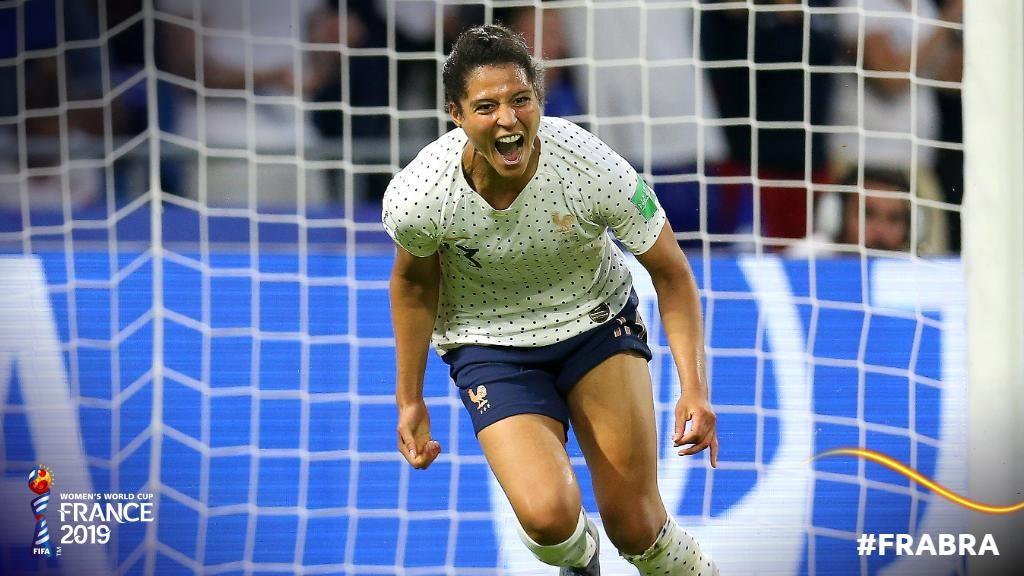 Gauvin esulta per la sua rete in spaccata; Francia-Brasile 1-0.