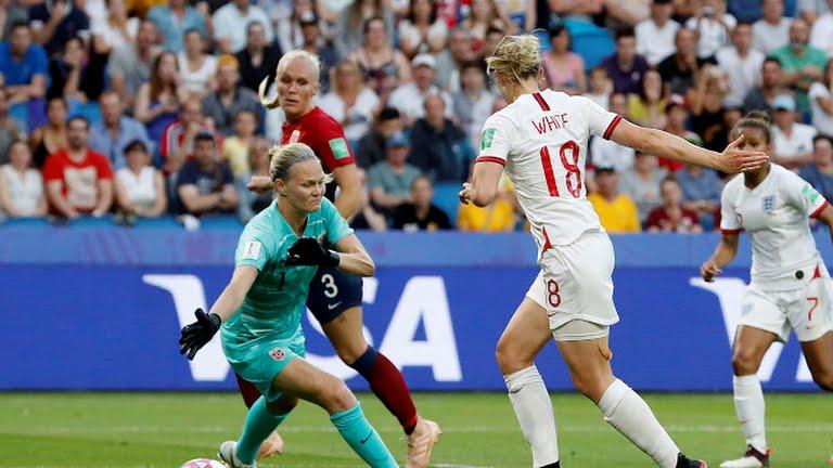 White, da pochi passi, batte Hjelmseth e segna lo 0-2