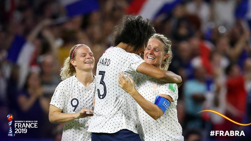 La capitana francese Henry festeggiata dalle compagne per il pesantissimo goal; Francia-Brasile 2-1.