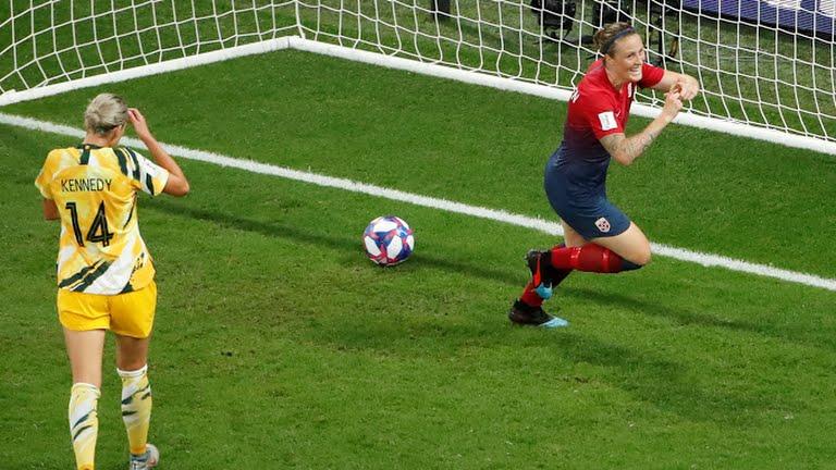 L'esultanza di Herlovsen, dopo la rete del momentaneo 1-0 per la Norvegia; ottavi di finale: Norvegia-Australia.
