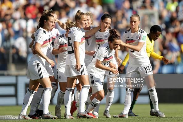Leupolz festeggia con le compagne la rete del vantaggio: Sudafrica-Germania 0-1.