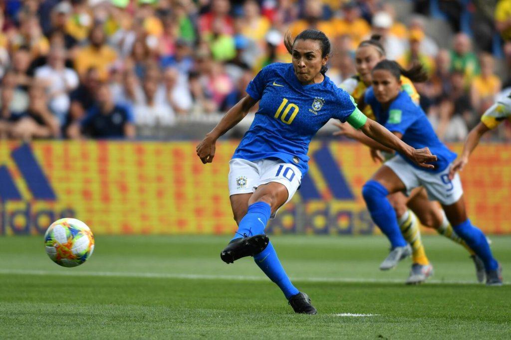 Marta segna il penalty che porta in vantaggio il Brasile