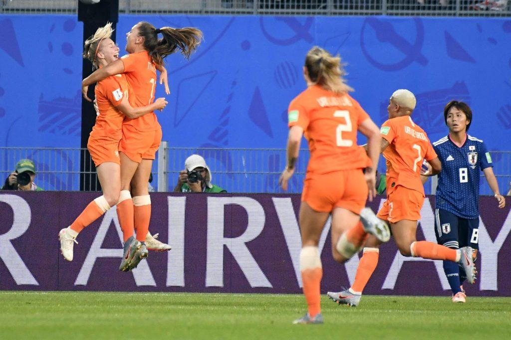 Le ragazze olandesi corrono a congratularsi con la Martens, autrice della doppietta decisiva per eliminare il Giappone; ottavo di finale: Olanda-Giappone.