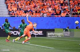 Con una bella incornata di testa Mediema porta in vantaggio l'Olanda: Olanda-Camerun 1-0.