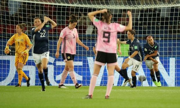 Le Argentine dopo la rete del 3-1 recuperano rapidamente la sfera e si riportano a metà campo! Le Sudamericane ci credono ancora e non hanno più nulla da perdere.
