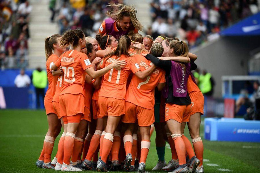 Le Olandesi in festa dopo la vittoria contro il Canada che ha regalato loro il primato (Gruppo E).