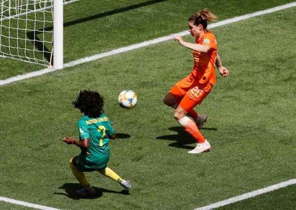 Onguene approfitta di un'incomprensione difensiva delle Olandesi e trova la rete del pareggio immediato! Olanda-Camerun 1-1.