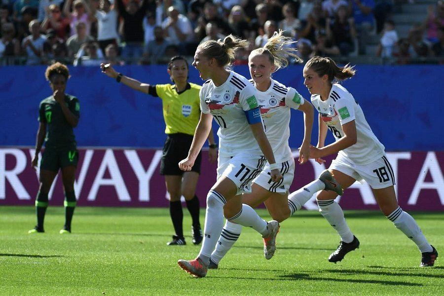 L'esultanza di Popp e compagne per il goal del vantaggio delle tedesche; ottavo di finale: Germania-Nigeria.