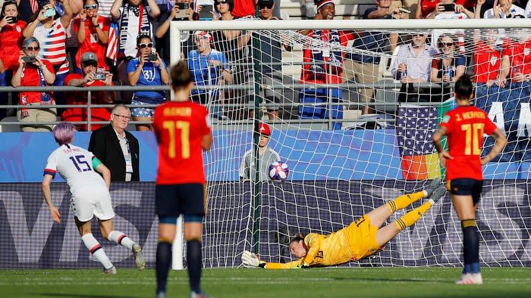Rapinoe angola bene il penalty e segna l'1-2. Panos indovina l'angolo, ma non ci arriva
