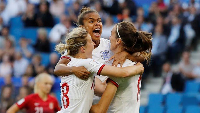 Le inglesi festeggiano la rete dello 0-1 di Scott