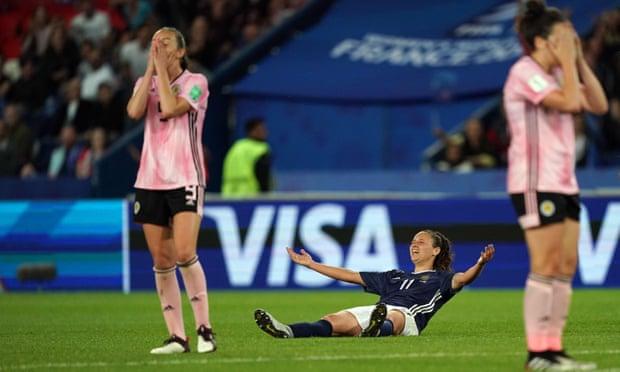 Gioia e dolore nella stessa immagine; la Scozia clamorosamente rimontata si dispera per l'eliminazione mentre l'Argentina esulta perché con questo pareggio è ancora in corsa.