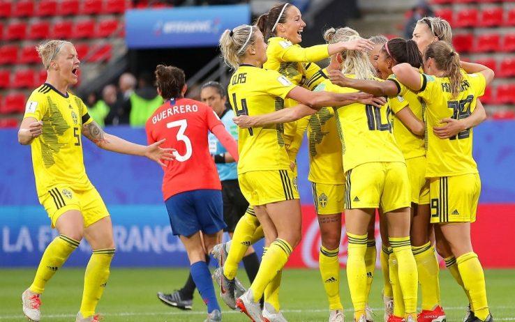 Le giocatrice Svedesi si abbracciano in gruppo; la rete del 2-0 chiude infatti definitivamente la contesa.
