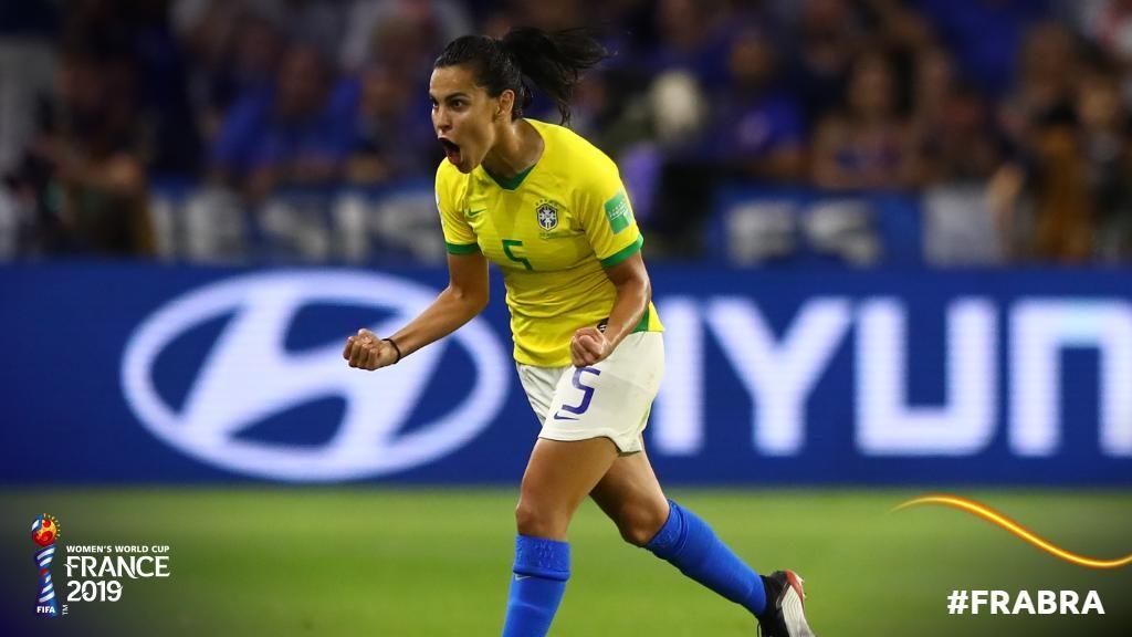 Thaisa corre ad esultare dopo la rete del pareggio! Francia-Brasile 1-1.