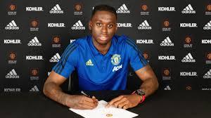 Aaron Wan-Bissaka firma il contratto con il Manchester United