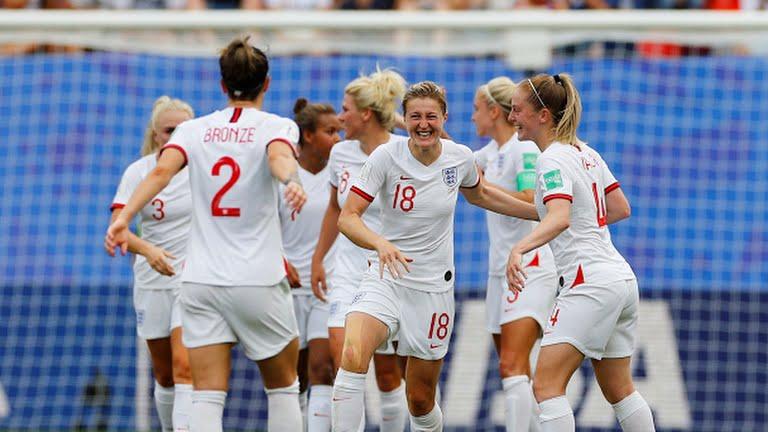 White, la numero 18, viene circondata dalle compagne per festeggiare il goal del 2-0.