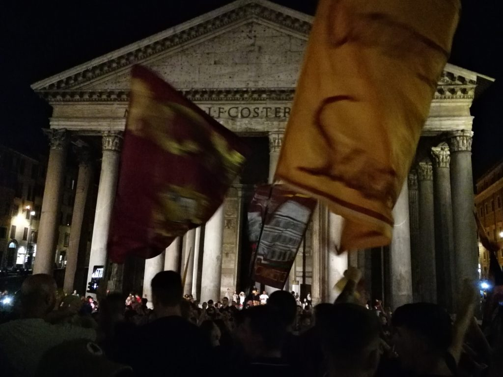 Bandiere romaniste al Pantheon. La storia a farla da padrone e l'amore di un popolo verso i suoi colori. Nasce oggi l'AS Roma ed i suoi tifosi non mancano di festeggiarla. Tanti auguri Roma