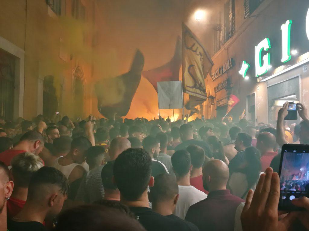 Auguri Roma. La storia a farla da padrone e l'amore di un popolo verso i suoi colori. Nasce oggi l'AS Roma ed i suoi tifosi non mancano di festeggiarla. Tanti auguri Roma.