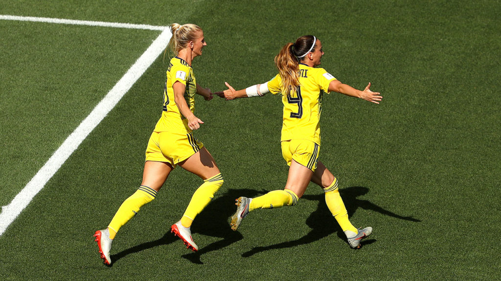Asllani esulta dopo che aver siglato la rete del vantaggio per le scandinave; Inghilterra-Svezia 0-1.