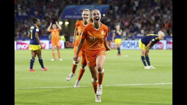 L'esultanza della Groenen che regala una storica finale olle olandesi; Olanda-Svezia 1-0 .