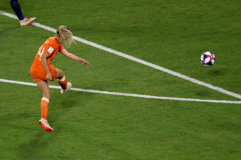 Il gran destro con cui la Groenen porta avanti la sua Nazionale: Olanda-Svezia 1-0.