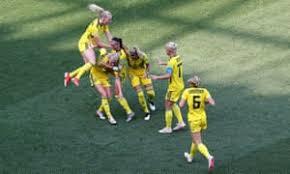 Le compagne esultano con Jakobsson dopo la rete del raddoppio; Inghilterra-Svezia 0-2.