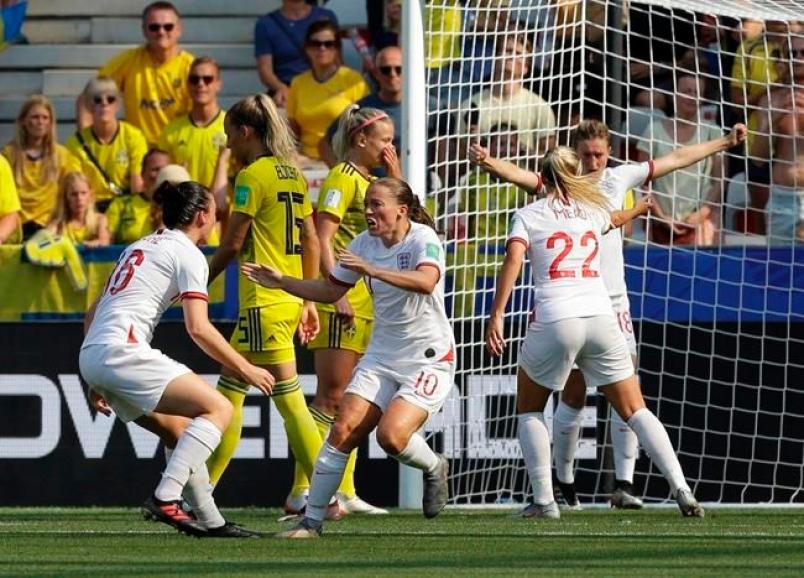 L'esultanza delle ragazze inglese che con la rete di Kirby ritornano in partita; Inghilterra-Svezia 1-2.