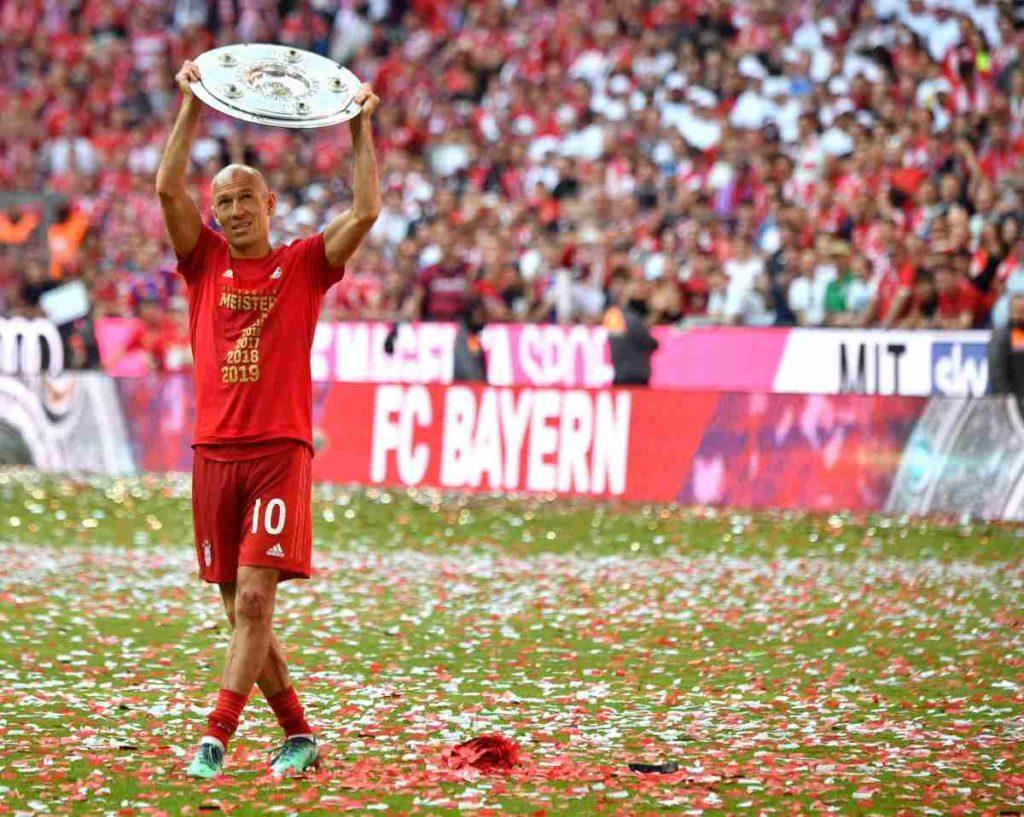 Arjen Robben festeggia la Bundesliga 2019, ennesimo trofeo di una carriera strepitosa.