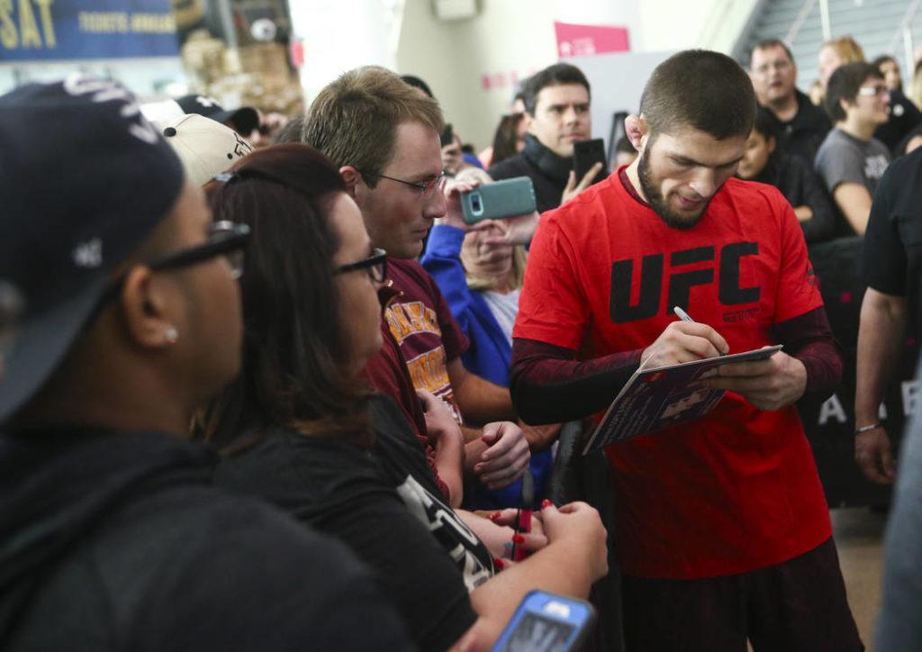 Khabib Nurmagomedov con i suoi fan